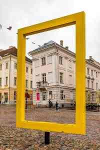 Der gelbe Rahmen vor dem Museum