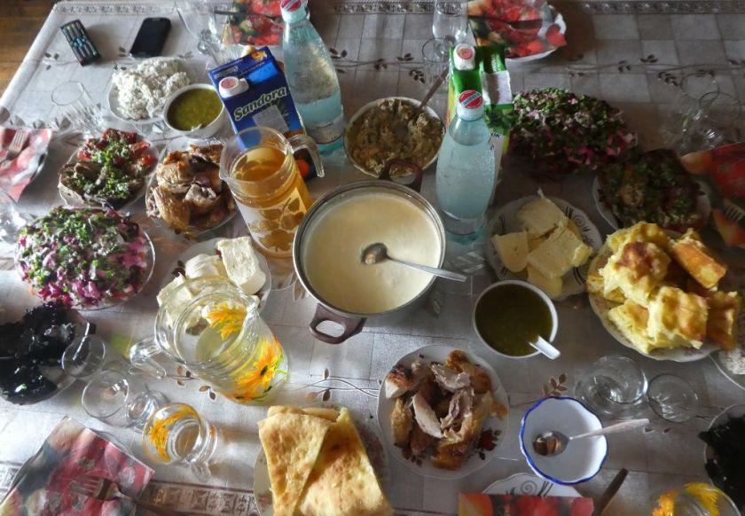 Georgien Essen gedeckter Tisch zu Gast bei Freunden