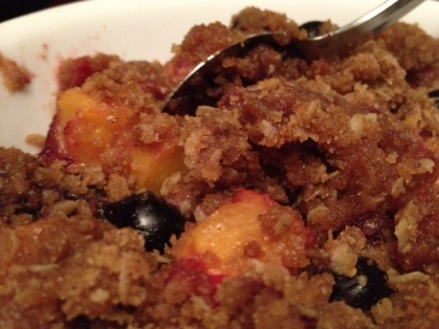 Healthy Peach Crisp with Blueberries | this delicious and healthy fruit crisp uses fresh peaches and blueberries to make a great summer dessert | finding time for cooking blog