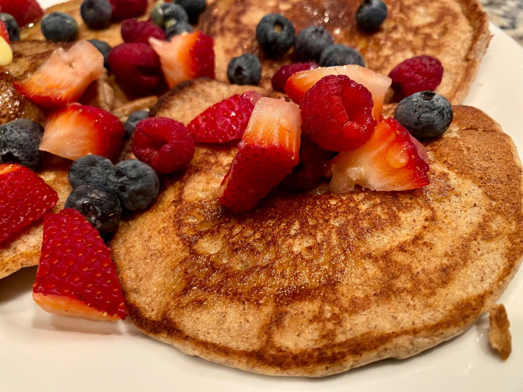 Easy & Delicious Almond Flour Pancakes | These keto pancakes are so easy & perfect for any morning. Naturally gluten-free pancake recipe that's low carb, no weird ingredients.
