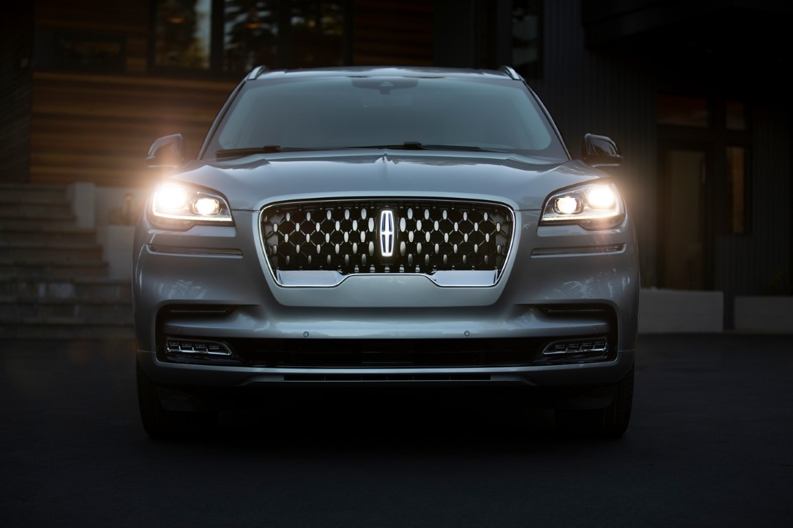 2021 Lincoln Aviator New Headlamp and Iconic Grille