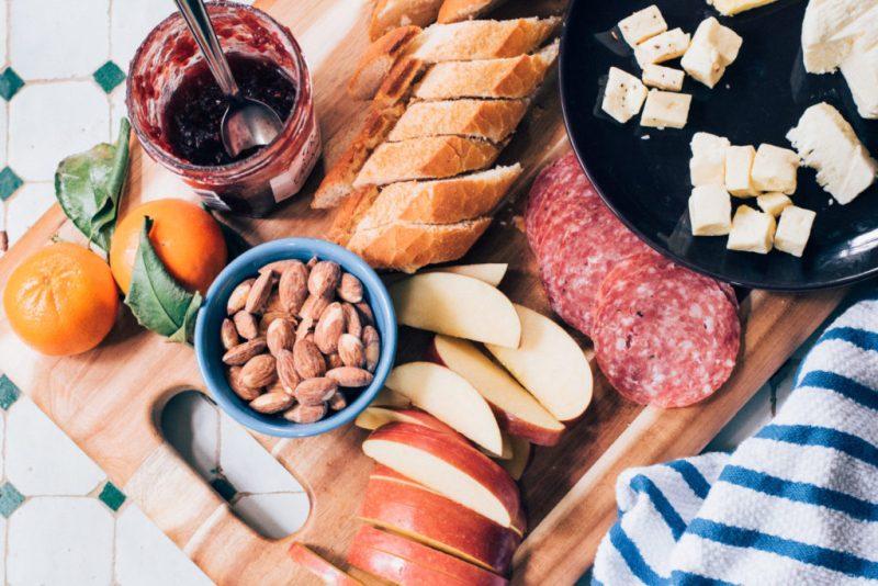 snídaně. oříšky, ovoce, zelenina
