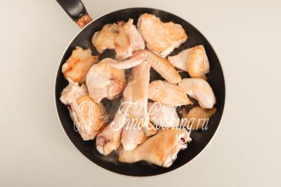 На широкой и глубокой сковороде (в моем случае диаметром 28 сантиметров) обжариваем кусочки курицы на максимальном огне до образования румяной корочки