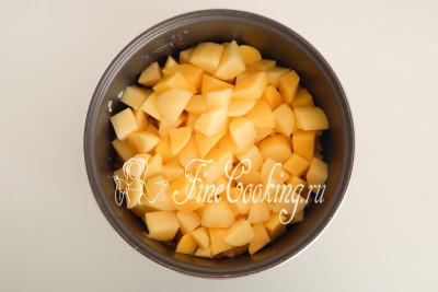 Закладываем в чашу мультиварки картофельные ломтики