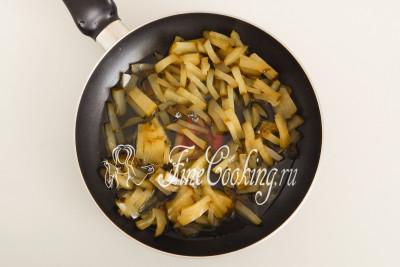 Перекладываем огурцы в чистую сковороду, добавляем 150 миллилитров огуречного рассола и тушим на среднем огне около 5-7 минут
