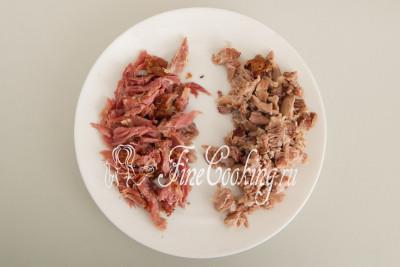 Когда свинина остынет так, чтобы не обжечь руки, разбираем ее - снимаем мясо в костей