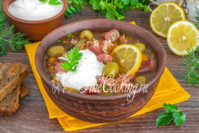 При подаче не забудьте добавить в тарелку ломтик свежего лимона, щедрую ложку жирной сметаны и рубленой петрушки