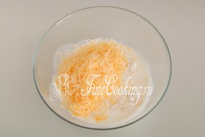 В глубокую объемную посуду наливаем 250 миллилитров кефира, добавляем по половинке чайной ложки соли, сахара и соды