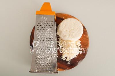 Для начинки 250 граммов адыгейского сыра нужно измельчить любым удобным способом