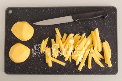 Каждую картофелину нарезаем довольно крупными брусочками