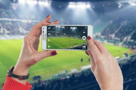 축구장에서 스마트폰을 사용