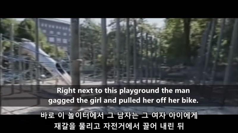 무슬림으로 인한 유럽의 고통 - 여자 아이에게 재갈을 물리고 자전거에 끌어 내린 뒤