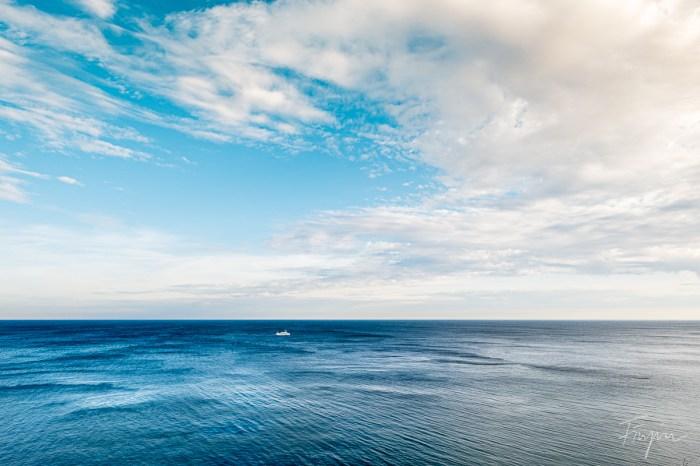 Schiff auf dem Wasser bei Sonnenuntergang