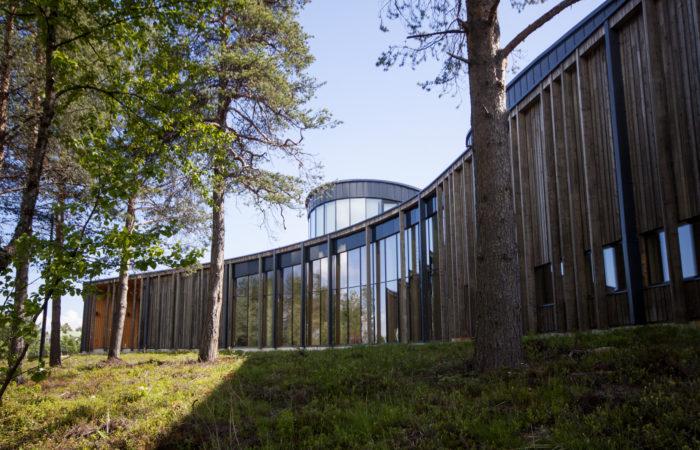 ويكون Sajos، وهو مركز ثقافي سامي افتتح في عام 2012 في إناري، شمال فنلندا، مكان اجتماع البرلمان السامي أيضًا.