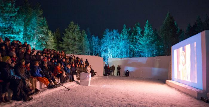 تُعقد في Skábmagovat، وهو مهرجان سنوي للأفلام الأصلية في مدينة إناري الشمالية الفنلندية بعض العروض في الخارج في مسرح في الهواء الطلق، حيث تُصنع المقاعد والشاشة من الجليد.