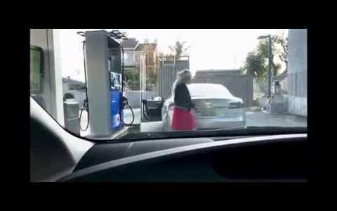 """Mujer intentando """"repostar"""" un Tesla"""