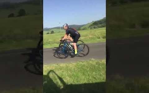 Conductor ve a dos ciclistas ocupando toda la carretera, teniendo un carril bici justo al lado, y decide tomar cartas en el asunto