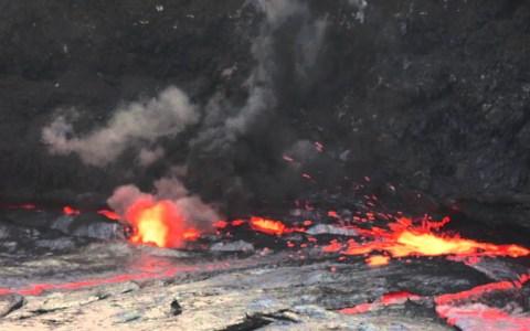Esto es lo que pasa si lanzas un bidón de 15 litros de agua a un lago de lava