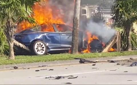 Muere un hombre en un Tesla en llamas tras un accidente donde los tiradores de las puertas quedaron bloqueados
