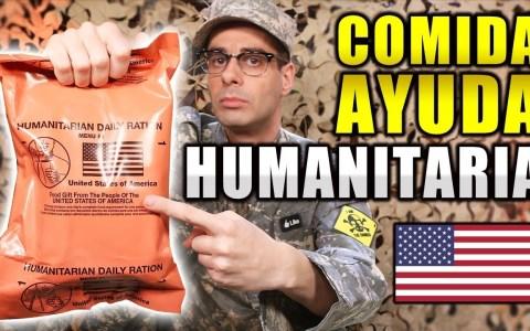 Probando comida humanitaria para 24 horas del ejército de los Estados Unidos