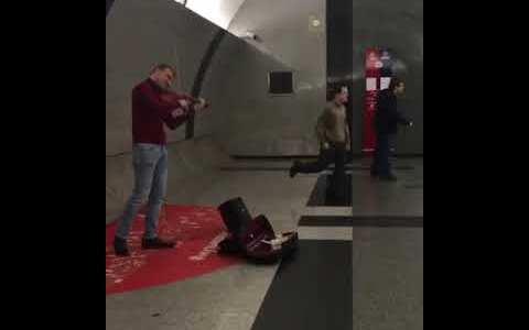 Mis dieses para esos dos espontáneos que se ponen a bailar en el metro de Moscú