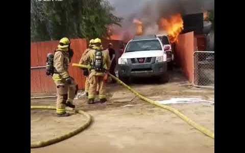 Su casa está completamente en llamas y no duda en entrar para intentar salvar a su perro