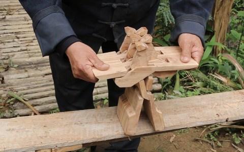 Taburete plegable hecho de un solo bloque de madera
