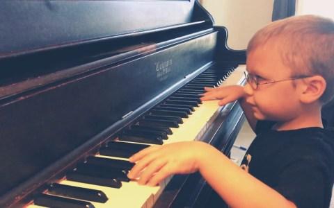 Un niño ciego de 6 años cantando Bohemian Rhapsody mientras toca el piano