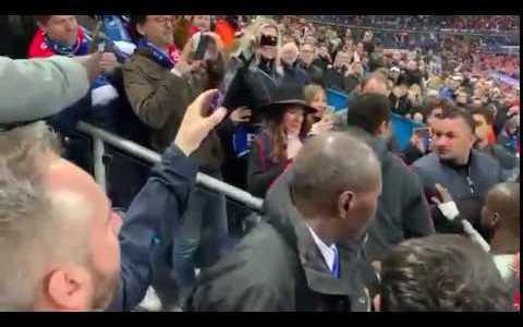 Neymar le mete un puñaco a un aficionado tras la derrota del PSG en la Copa de Francia