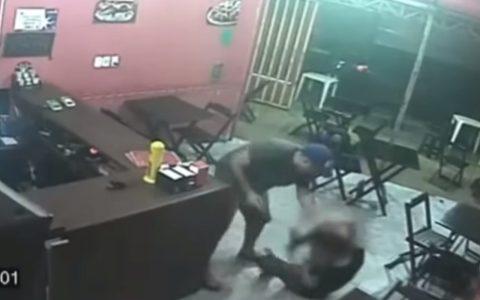VIDEO: Policía brasileño da una paliza con una pistola a la dueña de un restaurante por confundir la salsa de su hamburguesa