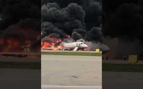 El Aeroflot SU95 ardiendo en la pista mientras la tripulación evacua al pasaje