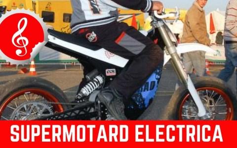 Haciendo stunt con una Supermotard eléctrica