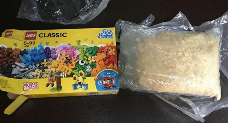 Niño encuentra 1,5 kg de metanfetamina dentro de un paquete de Lego comprado en una tienda
