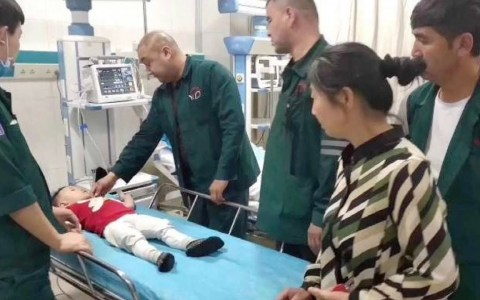 Un chino de 28 años salva a un crío de dos años al frenar su caída desde un quinto piso