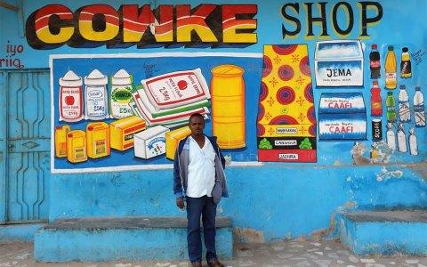 La belleza de los escaparates pintados a mano de Somalia