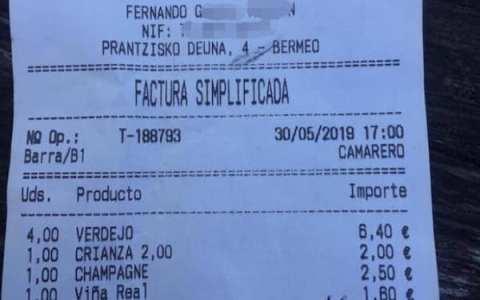 """Así se las gastan en Bermeo: """"Vinos y copas, 11 euros. POR TOCAR LOS COJØNES, 10 euros"""""""