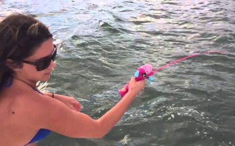 Moza pesca un bicho de 1 metro usando una caña de la Barbie
