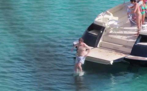 Rajoy haciendo un salto increíble desde el yate de unos amigos en Ibiza