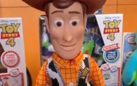 """Disney ha sacado un juguete de Woody que se tira al suelo cuando le dices: """"Ahí viene alguien"""""""