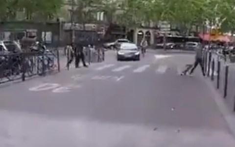No le vale con casi atropellar a un invidente que cruzaba el paso de peatones, no...