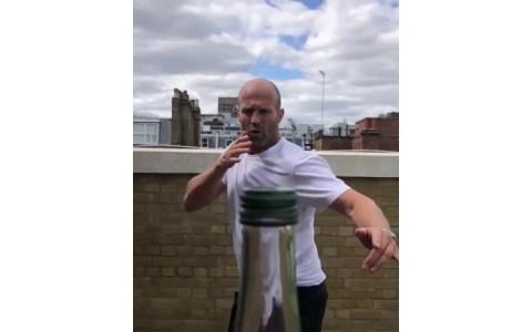 Jason Statham haciendo el Bottle Challenge