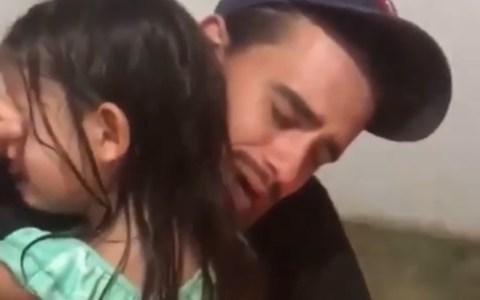 Un padre brasileño de bolsillo humilde felicitando a su hija por su cumpleaños