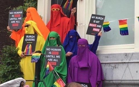 Miembros del partido social-democrata holandés se ponen Niqabs y burkas de colores para revindicar estas prendas junto a banderas del orgullo gay