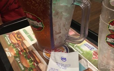 Ojo a esta jarra para cerveza con compartimento para hielo...