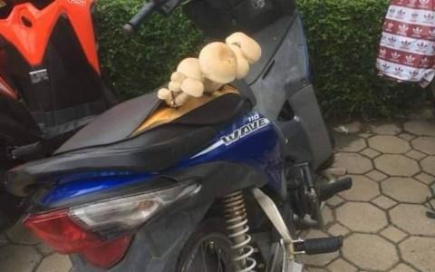 Ahora puedes conducir la moto de pie o setado