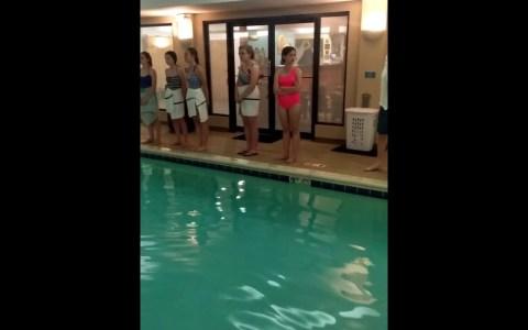 Un coro descubre que la piscina del hotel en el que se alojan tiene una acústica perfecta, y deciden ensayar un poco :D