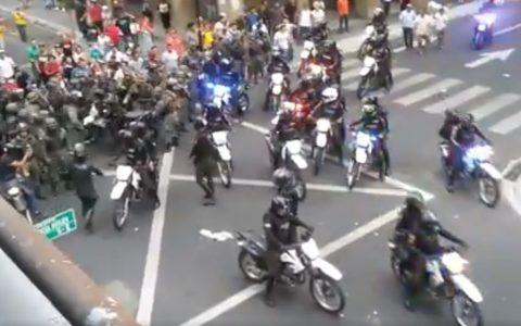 Militares defendiendo a los ecuatorianos de la policía