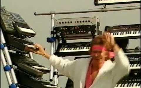 Buen videoclip, me faltaron pianos, pero buen videoclip...