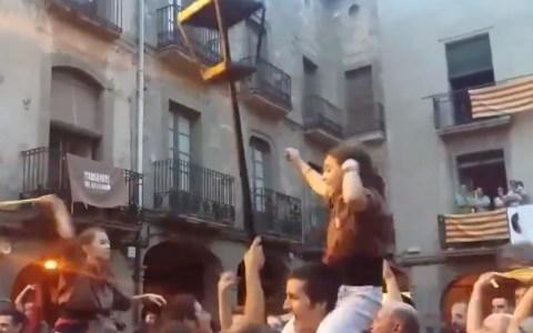 """Noticia de Okdiario: """"En Cataluña hicieron ritos satánicos usando farolas para provocar el incidente del 12 de Octubre"""""""