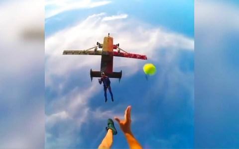 Jugando a pasarse la pelota mientras caen de un avión